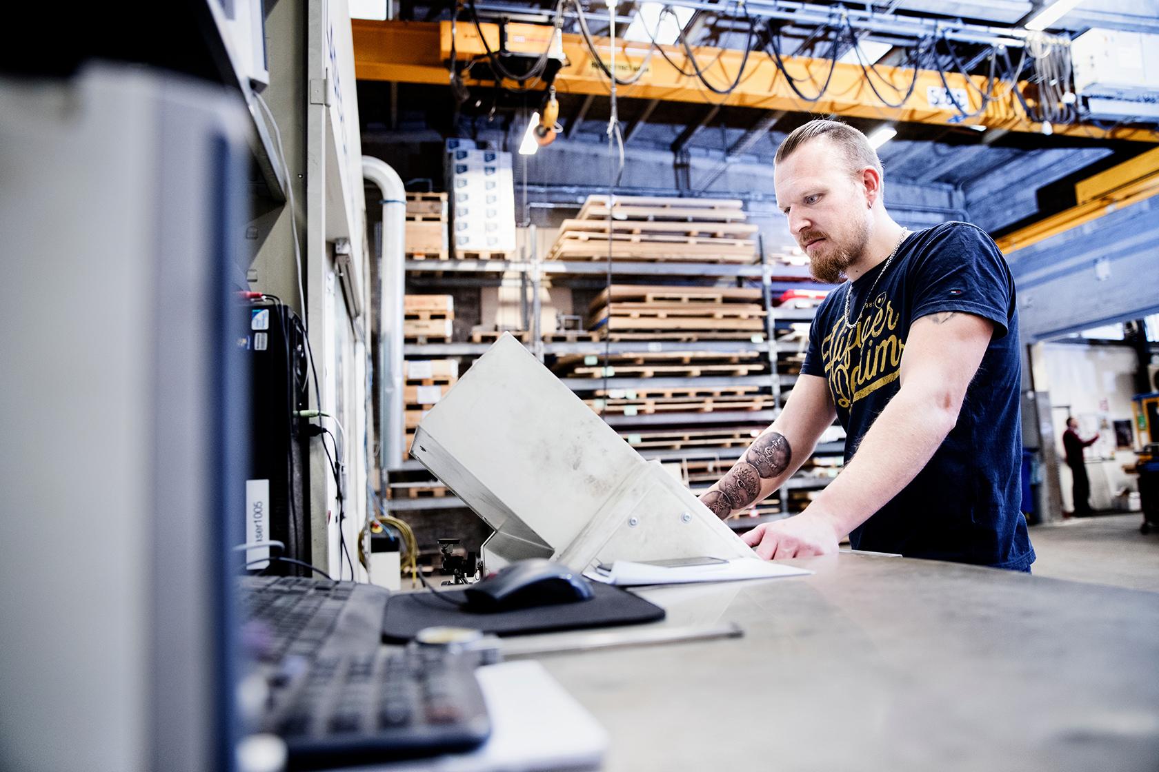 Maskinen skærer efter et 3D program, som Ivan Olsens kollega har programmeret. Det skal stort set altid rettes til, når det kommer ud på maskinen.