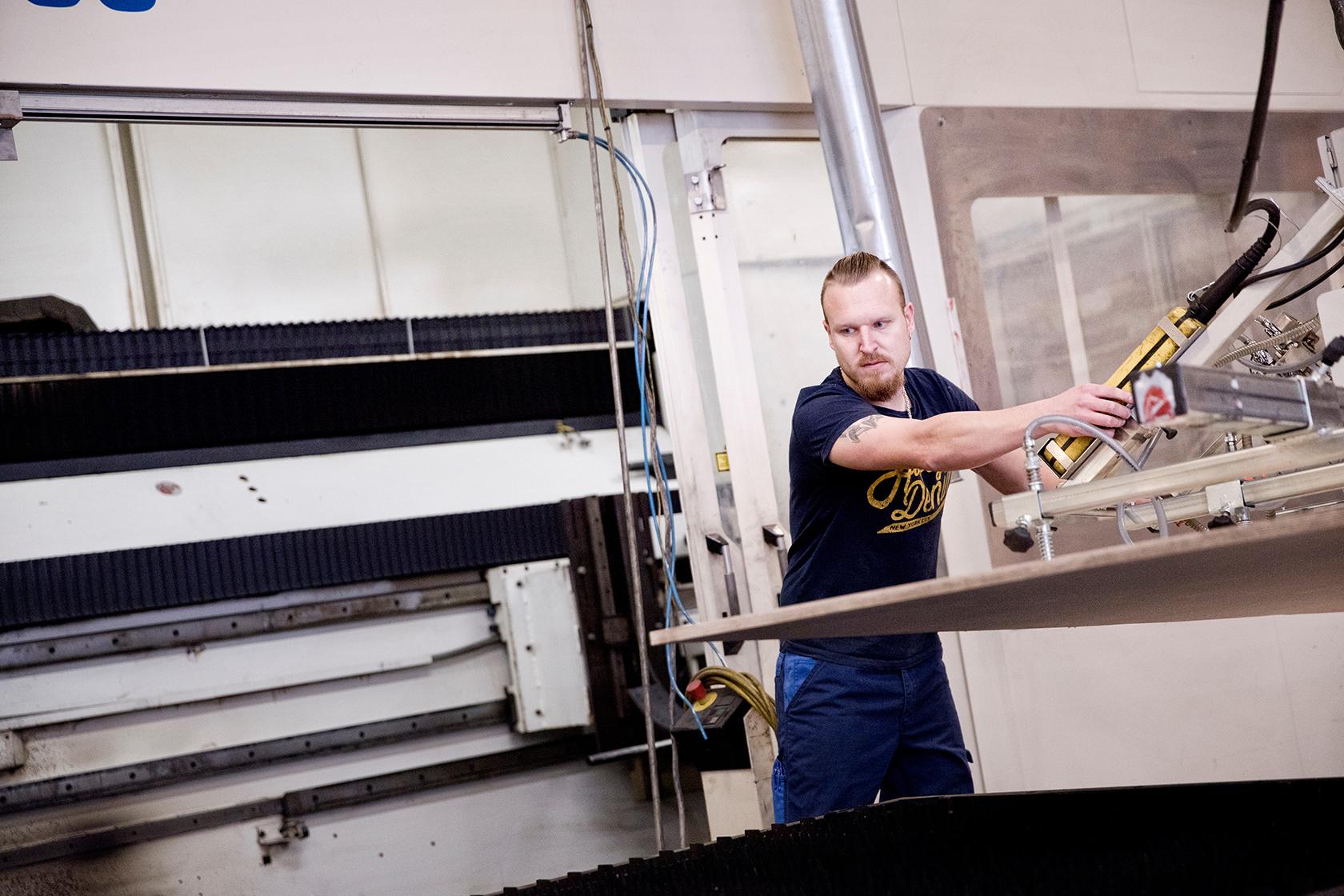 I forhold til de andre laserskærere vi har, er denne den eneste, der kan skære i træ. Det er noget, vi har bygget den om til at kunne, siger Ivan Olsen.