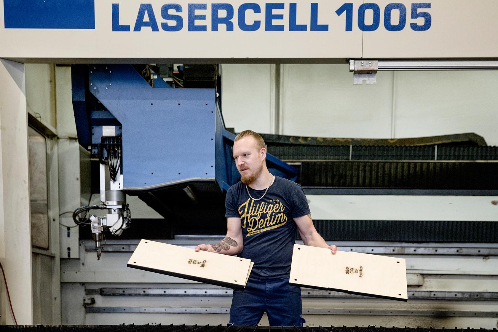 Ivan Olsen bruger mest maskinen til at skære optrykte emner med.