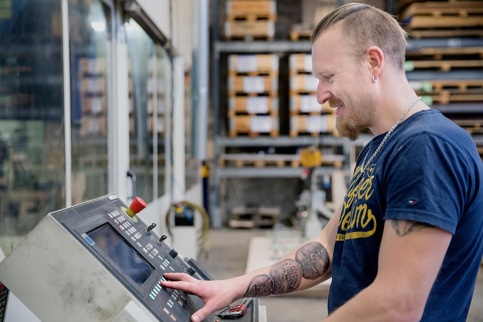 Der er koblet en computer på maskinen, og her retter jeg i koordinatsystemet, som laseren kører efter, fortæller Ivan Olsen, laseroperatør hos AB Jensens Maskinfabrik.