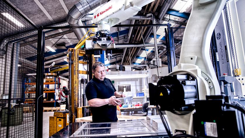 Efter robotterne er kommet til Trelleborg, er det blevet muligt for Niels Rasmussen at styre otte maskiner.