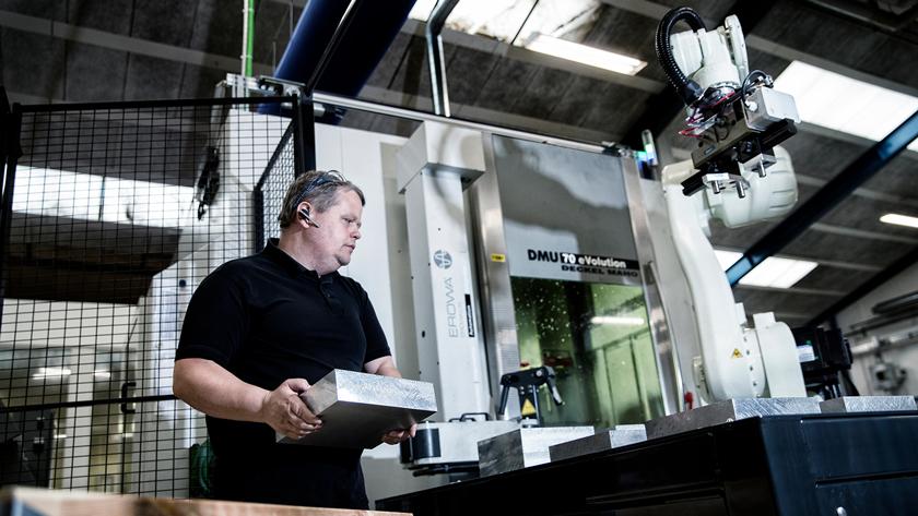 Niels Rasmussen, maskinoperatør, sætter robotarmen i position til at køre selv. Niels kører programmer ind, så den er klar til at fodre maskinen med emner. Emnerne er tætninger til bilindustrien. Før robotterne kom til Trelleborg passede Niels to maskiner