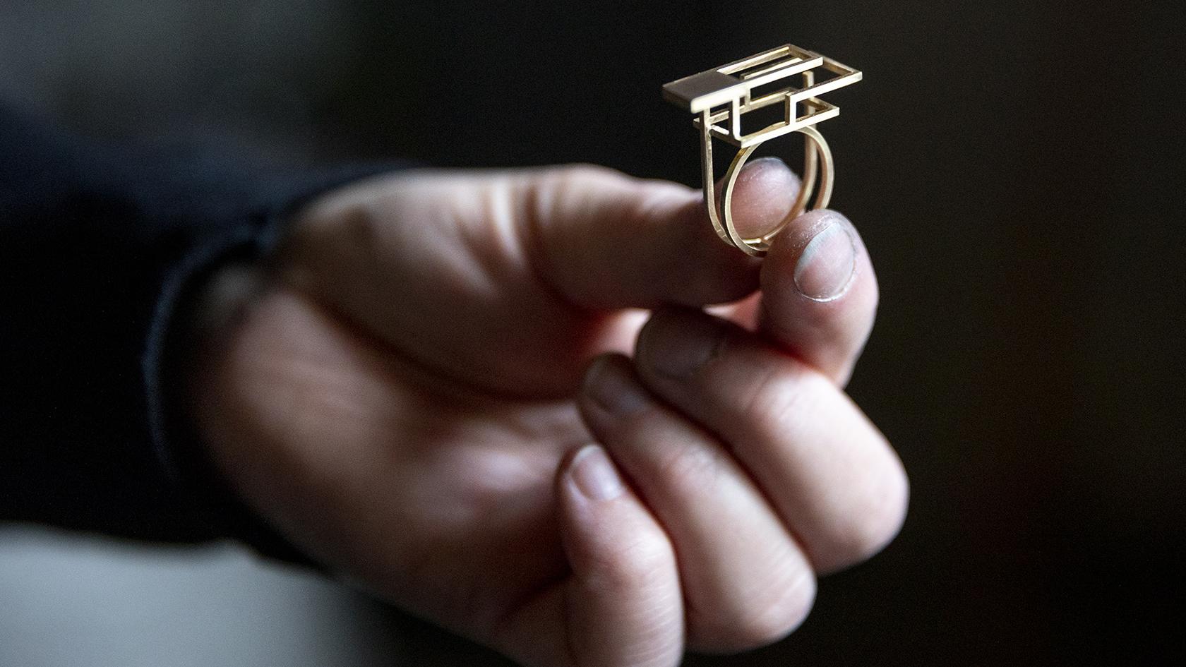I Otterup Guldsmedie består halvdelen af arbejdet af unikasmykker, mens resten er reperationer og tilpasninger af gamle smykker.