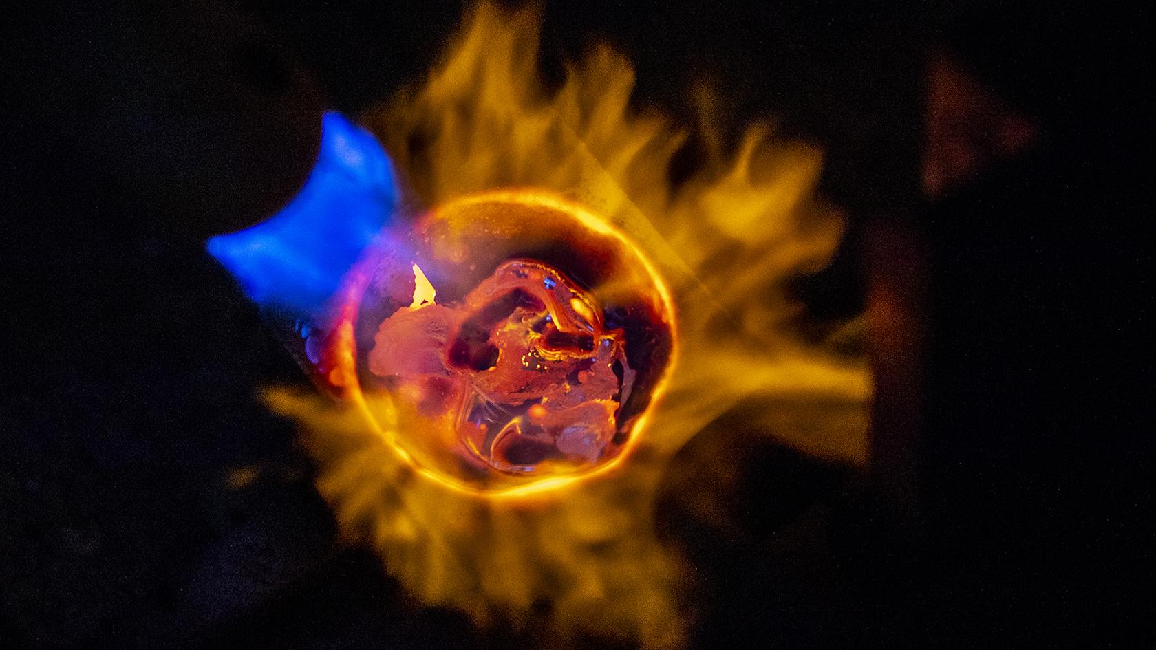 Camilla Jensen smelter 14 karat guld ved at opvarme det til omkring 1000 grader. Det smeltede guld støber hun til en kompakt firkant, som bagefter kan valses til fx guldtråd.