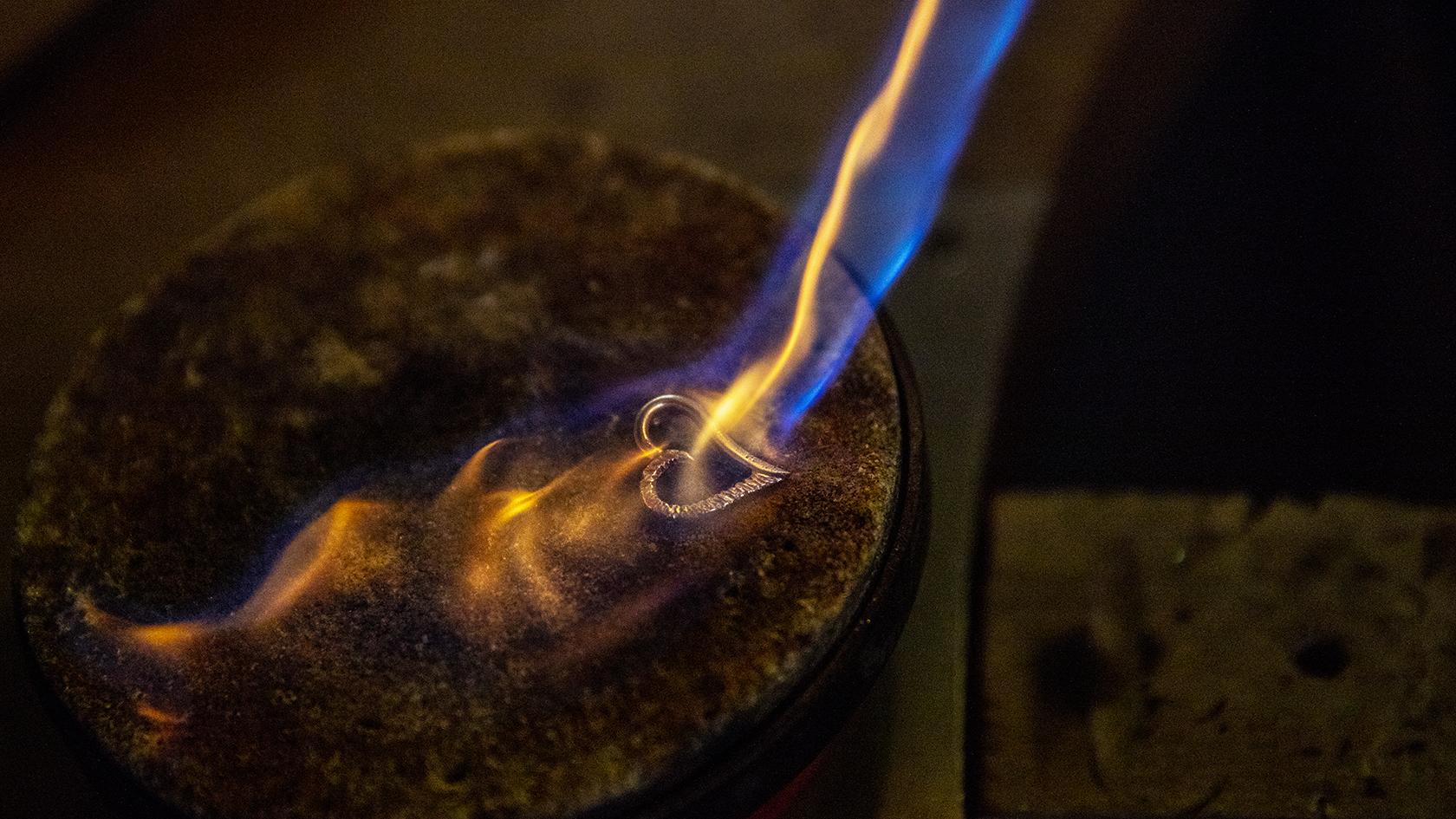 I guldsmedjen i Otterup arbejder Camilla Jensen efter de gode, gamle håndværksmetoder. Her er hun igang med at opvarme to halve hjerter af sølv, som hun lodder sammen til ét smykke.