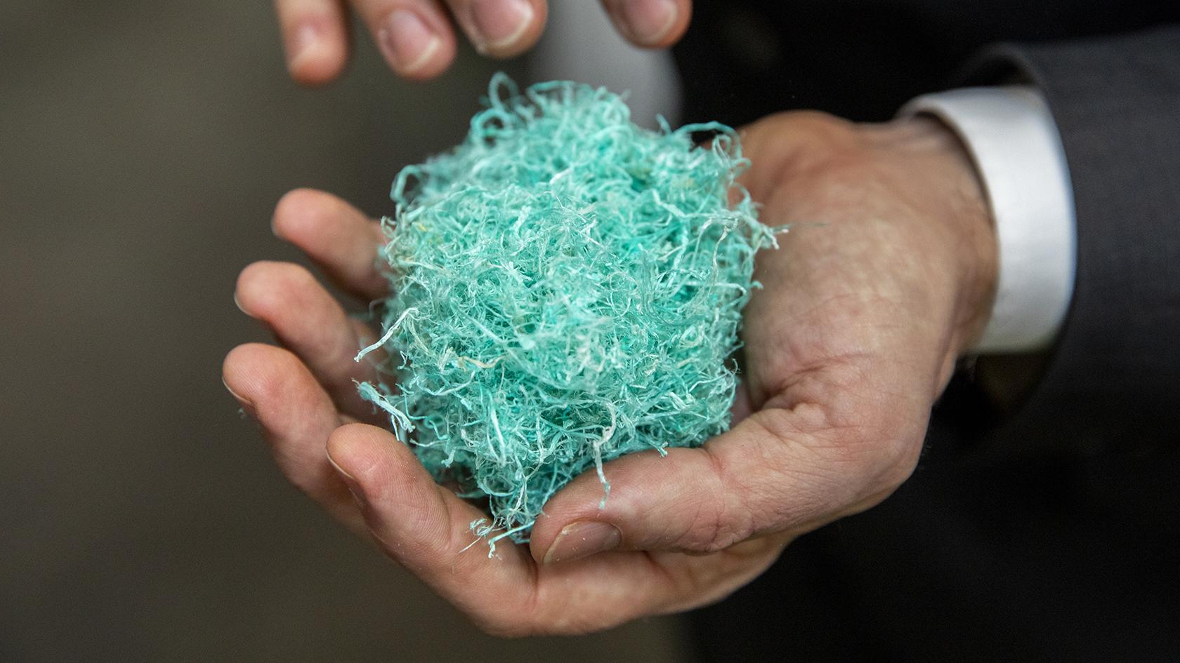 Plasten neddeles, vaskes, separeres, renses og tørres.