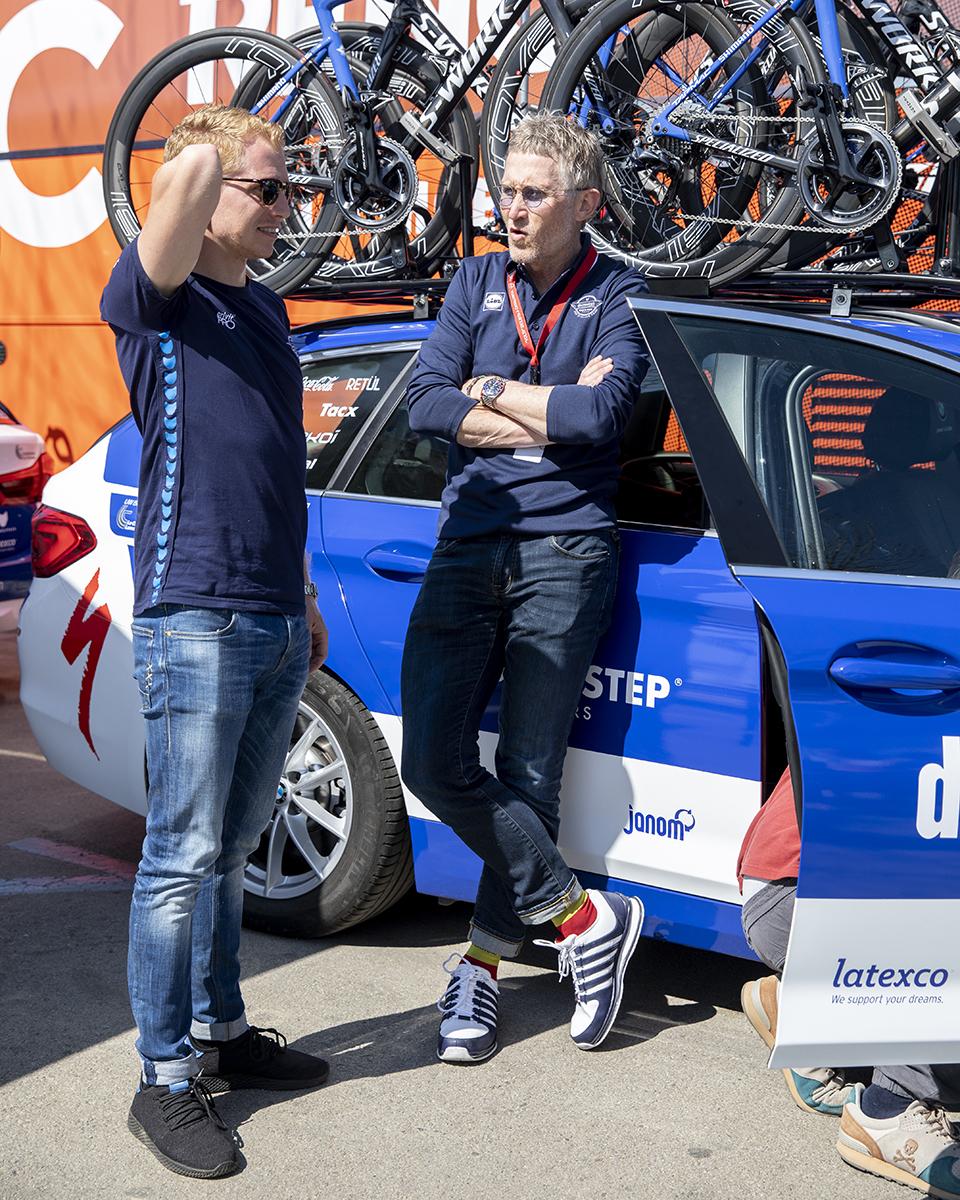 Rune Kristensen kører i bil med sportsdirektør for Deceuninck-Quick Step, Brian Holm. De to danskere sidder ofte i bil sammen under cykelløb.