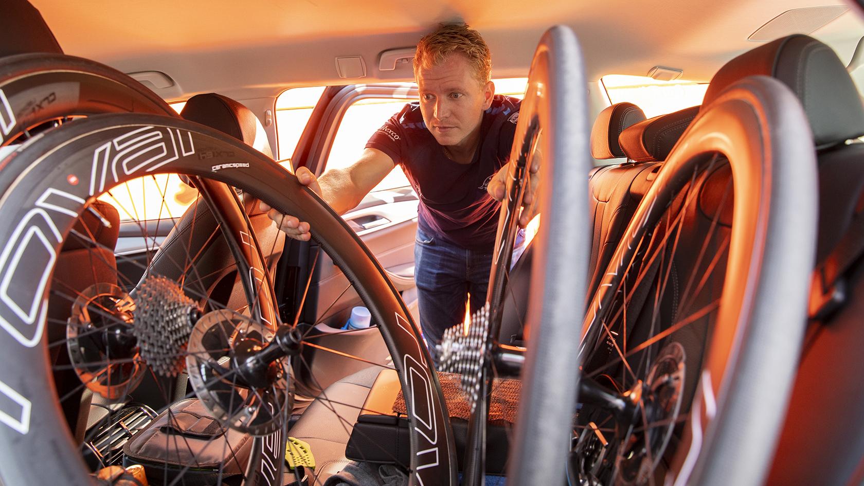De sidste forberedelser inden første etape. Rune fylder bagsædet op med reservehjul og værktøj.