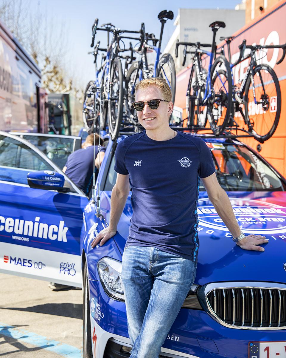 Arbejdsdagen der startede klokken halv ni om morgenen er stadig ikke slut for Rune Kristensen, selvom etapen er slut. Cyklerne skal gøres klar til anden etape og holdbussen skal køres til den næste startby.