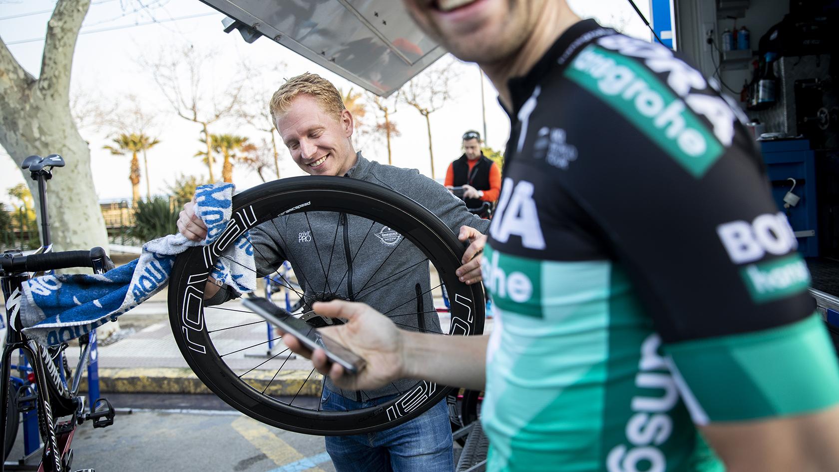 Under etapen kørte den ene servicebil fra Deceuninck-Quick Step ind i en bil fra et andet hold, hvilket cykelrytteren Maximillian Schachmann kommer over til Rune Kristensen og joker lidt med. Selvom de ikke tilhører samme hold.