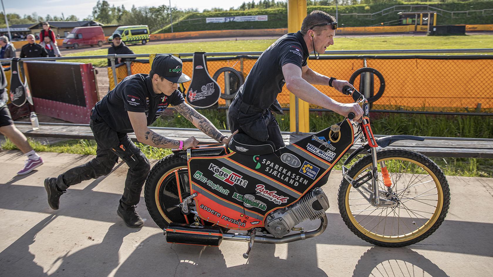 En speedway-motorcykel er strippet for al overflødig vægt. Der er ingen bremser på den, og den skal løbes i gang, fordi den ikke har en startmotor.