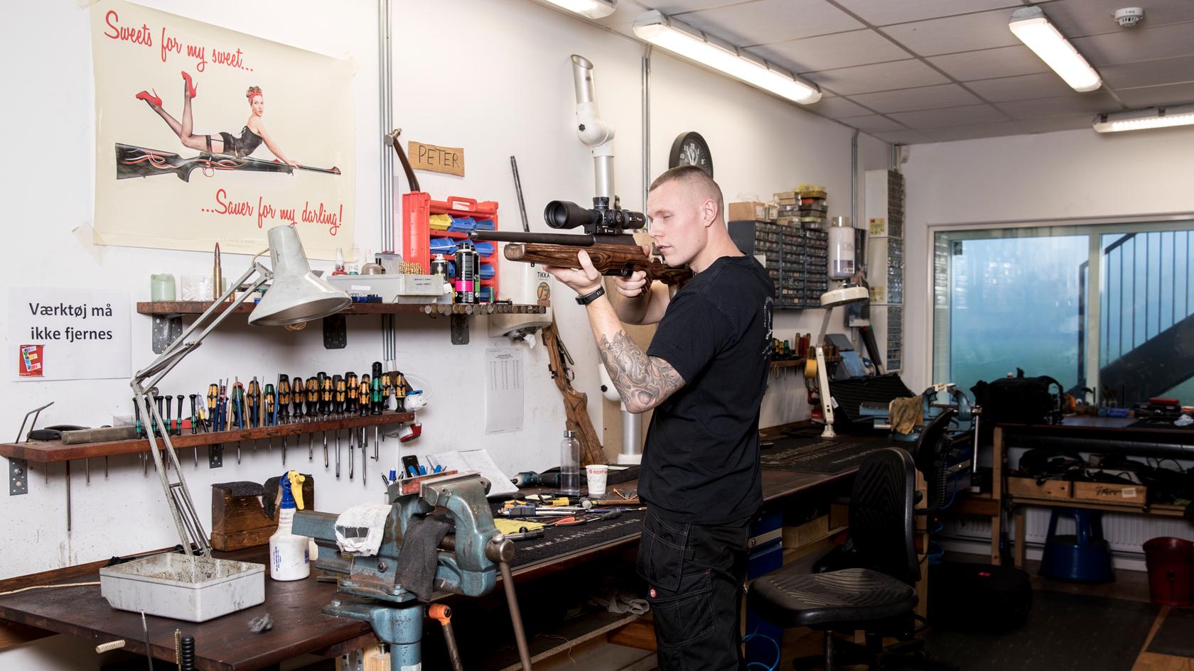 En adskilt jagtriffel ligger på Mads arbejdsplads. Riflen skal have lavet løb og låsestol.